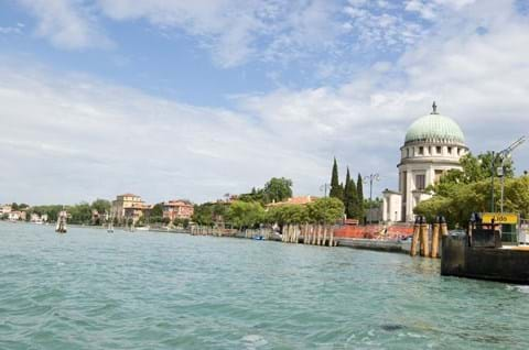 Take a Lido Water Taxi on Italy holiday