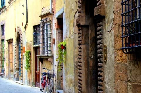 Explore The Old Medieval Streets Of Tuscany